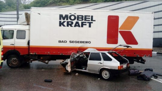 В Сочи легковушка въехала под грузовик (ФОТО)