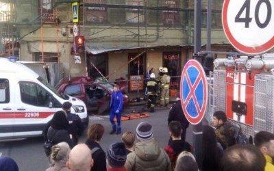 На Невском иномарка влетела в пешеходов