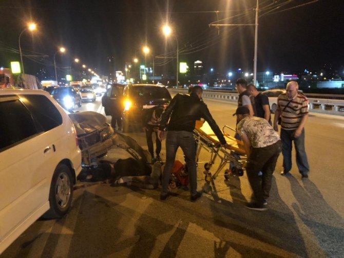В Новосибирске молодого мужчину раздавило машинами