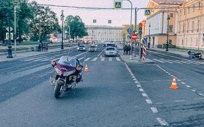 Пешеход сломал обе ноги, попав под мотоцикл в Петербурге