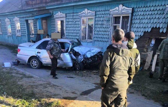 В Бурятии водитель врезался в дом и погиб