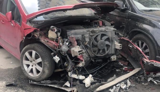 В Петербурге Audi протаранила сразу несколько припаркованных легковушек - машины в хлам