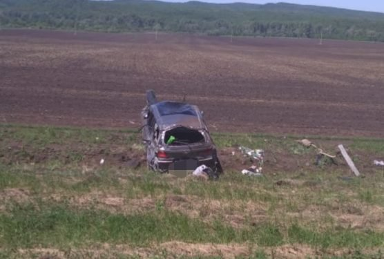 Три человека пострадали при опрокидывании автомобиля в Башкирии