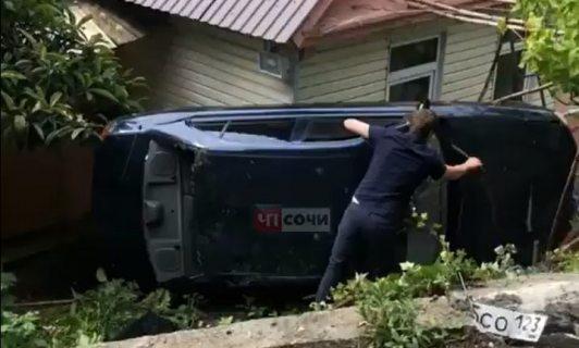 На трассе Джубга - Сочи автомобиль улетел в кювет и врезался в жилой дом (ВИДЕО)