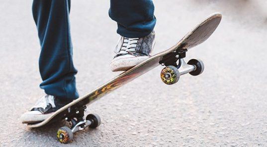 Сбитый скейтбордистом мужчина получил серьезную травму в центре Сочи (ВИДЕО)