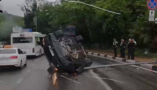 Потерявшая управление иномарка перевернулась на Курортном проспекте в Сочи (ВИДЕО)