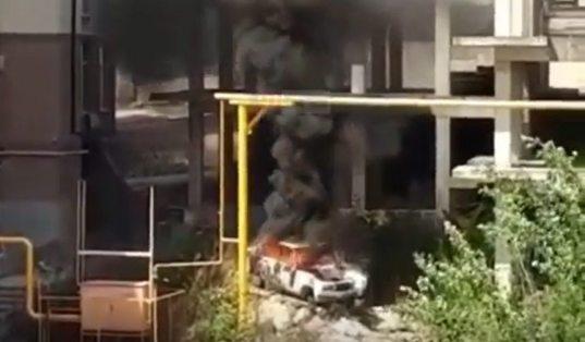 Дети сожгли автомобиль, играя возле многоэтажного дома в Сочи (ВИДЕО)