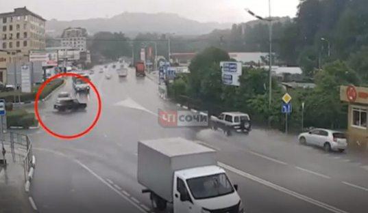 Момент смертельного ДТП с рейсовым автобусом в Сочи запечатлела камера видеонаблюдения