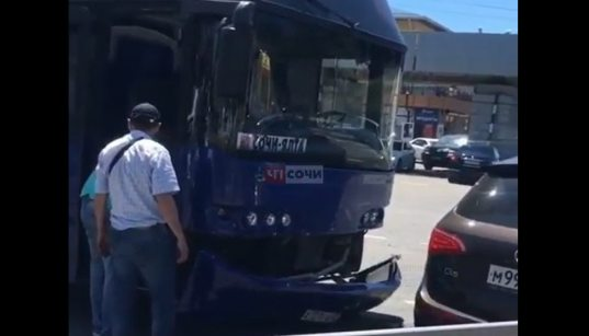 Пассажирский автобус, следующий из Сочи, попал в ДТП (ВИДЕО)