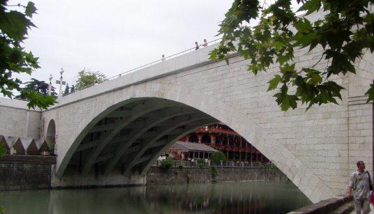 Мужчина упал в русло реки в центре Сочи