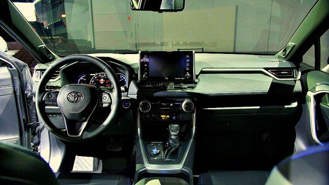 Обновлённая Toyota RAV4 появится нарынке осенью
