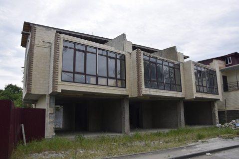 Застройщица самостоятельно сносит свой незаконный дом в Сочи